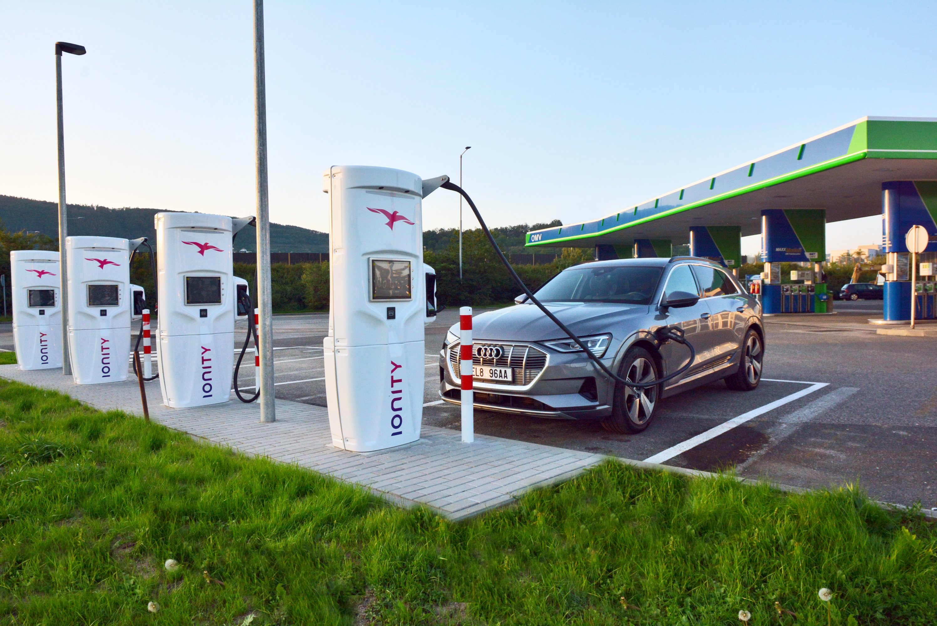 Audi e-tron na nabijacej stanici Ionity