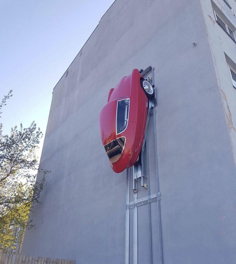 Elektromobil na stene