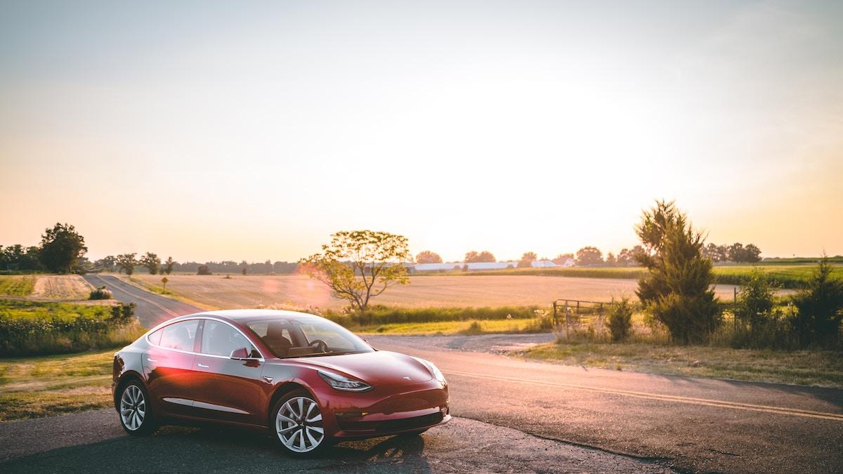 Tesla Model 3 zapad slnka