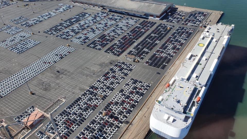 Tesla Model 3 pri nákladke do lode