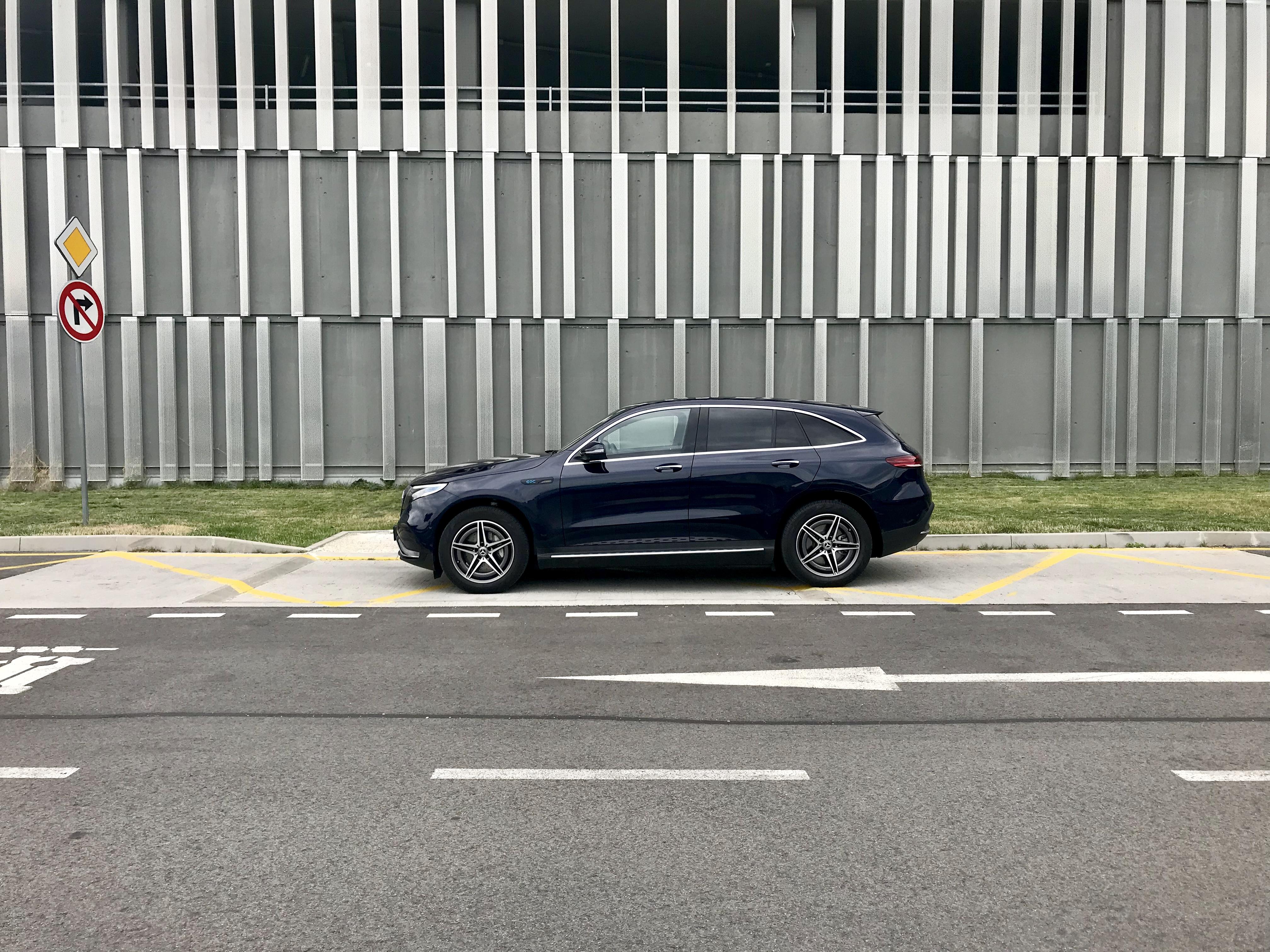 Mercedes-Benz EQC 400 na čerpacej stanici OMV
