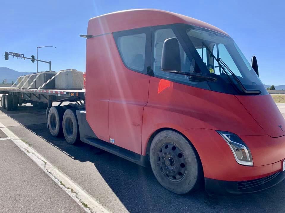 Menšia a lacnejšia verzia Tesla Semi - odhadovaný dojazd 300 míľ (480 km)