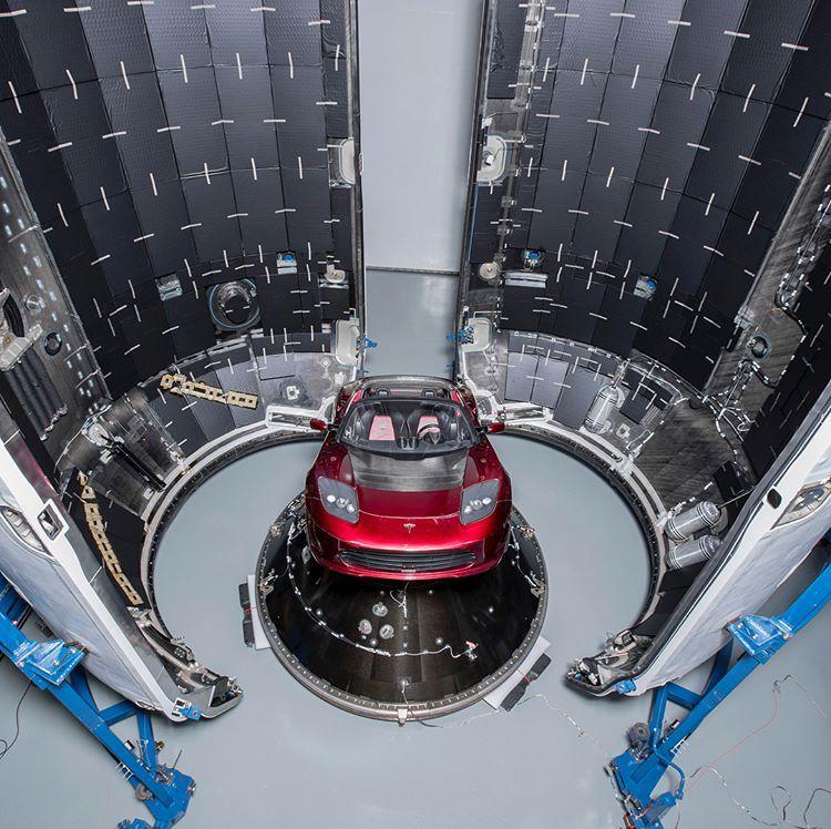 Tesla Roadster v nákladnom priestore Falcon Heavy