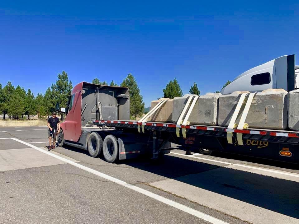 Betónový náklad ťahač Tesla Semi