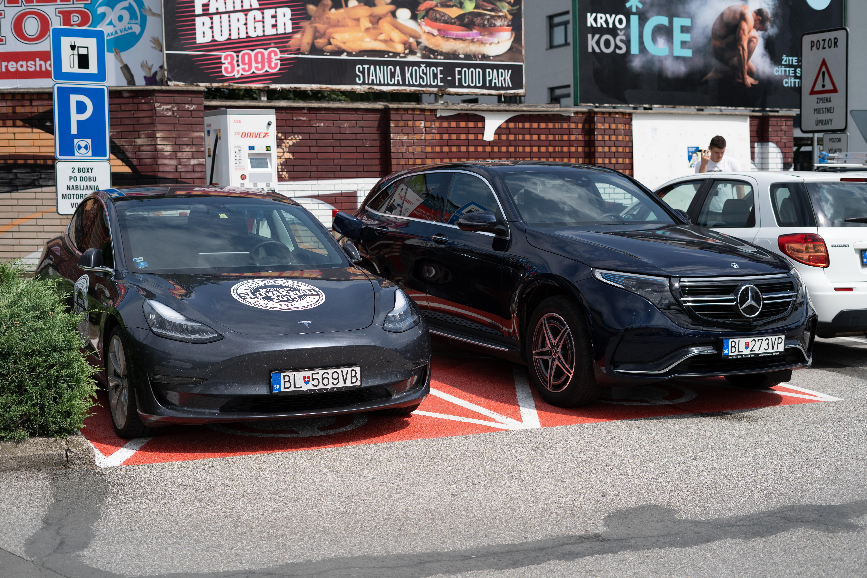 Nabíjanie Mercedesu EQC a Tesly Model 3 v Košiciach