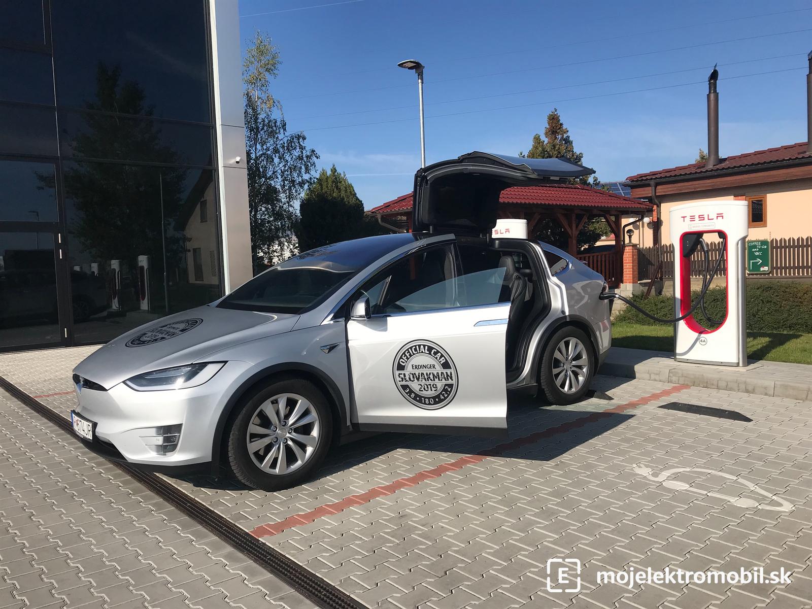 Model X na nabíjačke Supercharger (Praha-Vestec)