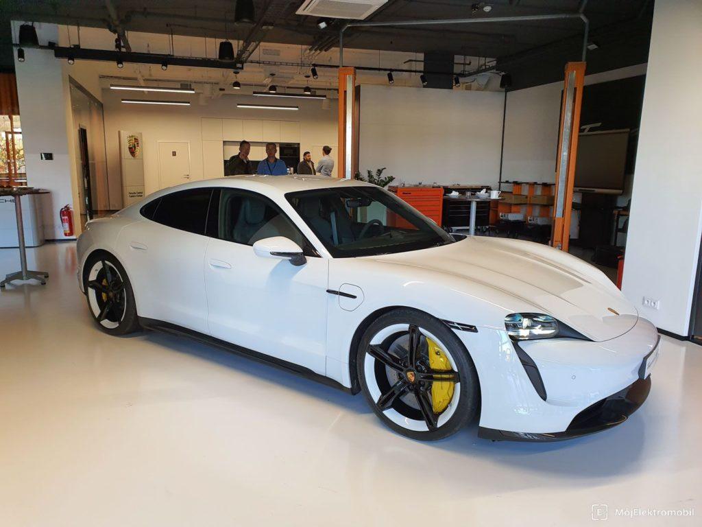 Porsche Taycan biely exterier