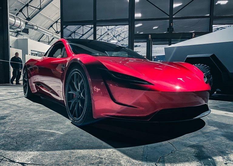 2.generácia Tesla Roadster v centrále SpaceX