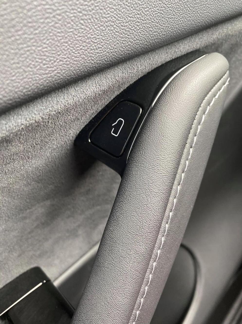 Tesla tlačidlo dvere Model 3 Y