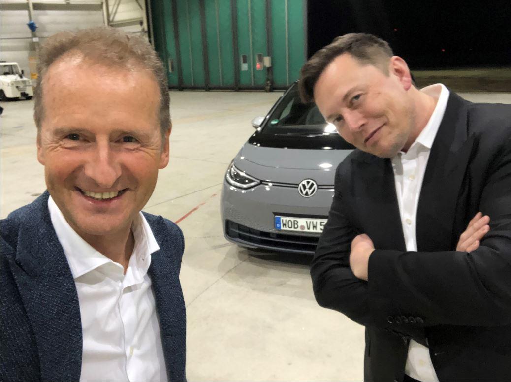 Herbert Diess a Elon Musk testujú Volkswagen ID.3 (Zdroj: H. Diess/LinkedIn)