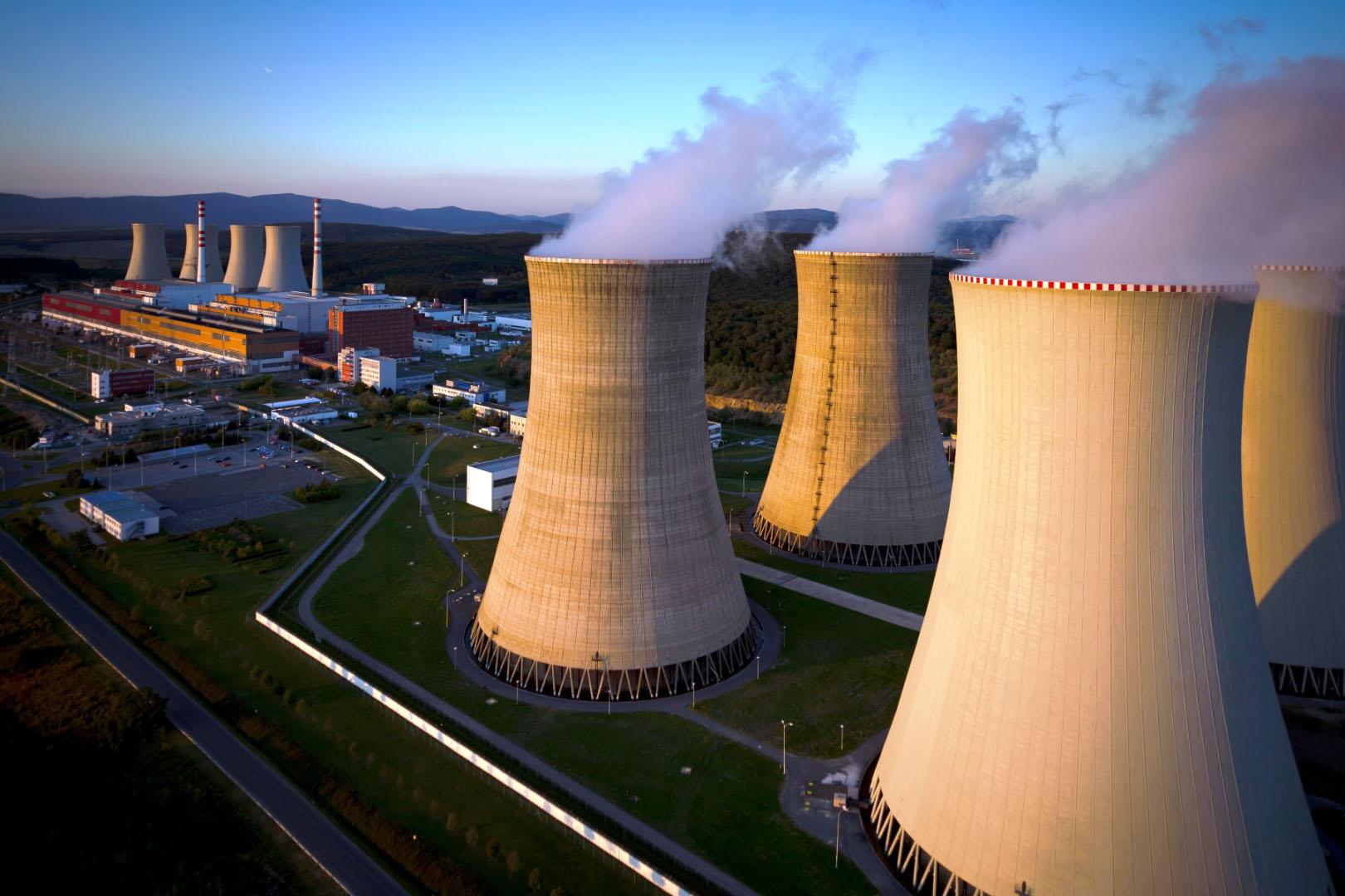 Chladiace veže jadrovej elektrárne Mochovce (Zdroj: Slovenské elektrárne)