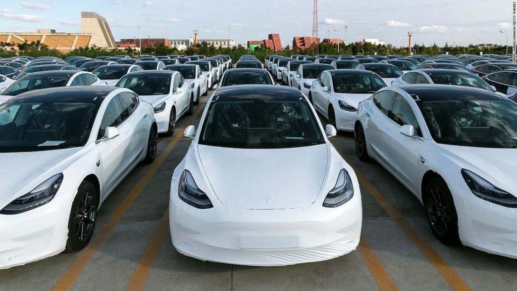 Tesla Model 3 na parkovisku kontrola kvality
