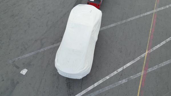 Zahalený rám faceliftovanej verzie Tesla Model S (Foto: Gabeincal/YouTube)