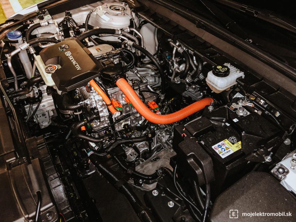 pod kapotou motor