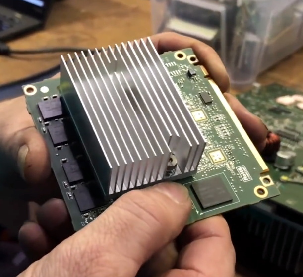 Procesor Tegra3 v jednotke MCU Tesly (Foto: Hackaday.com)