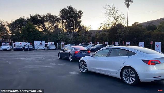 Tesla Supercharger v Kalifornii - zriedkavý moment, keď sa vytcorila kolóna Tesiel čakajúcich na nabíjanie (Foto: Dailymail.co.uk)