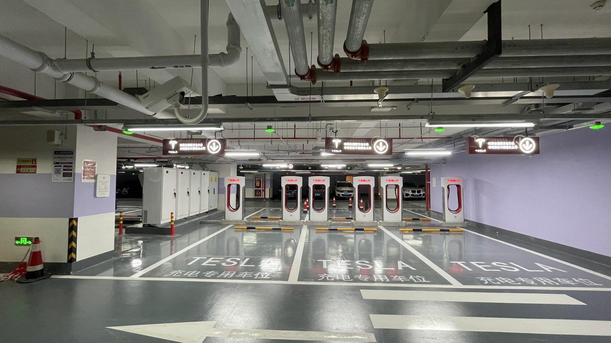 Najväčšia stanica Supercharger na svete so 72 stojanmi V3 v Šanghaji (Foto: Twitter/@JayinShanghai)