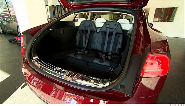 Tretí rad sedadiel Tesla Model S - stará verzia sedanu so sedačkami orientovanými dozadu (Foto: CNN)