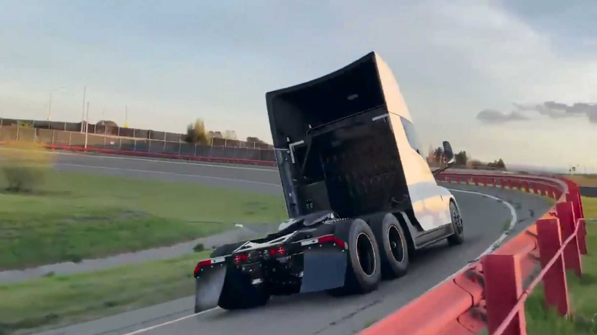 Ťahač Tesla Semi na testovacej trati (Foto: Twitter/Tesla)
