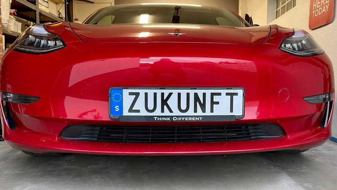 """Tesla Model 3 s nápisom """"Budúcnosť"""" na EČV (Foto: Kristián Kratochvíl)"""