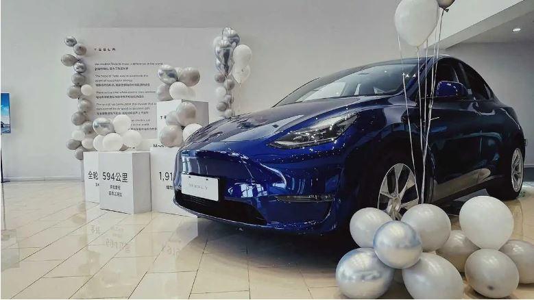Prevzatie Tesly Model Y zákazníkom v Číne (Foto: Teslarati)