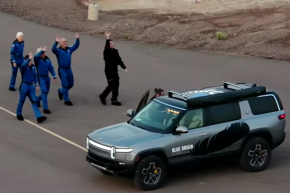 Jeff Bezos a Rivian R1S (Foto: Youtube/Blue Origin)